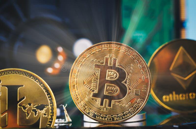 金黄bitcoin折除在轻轻地被点燃的黑暗的背景和光线的硬盘 库存照片
