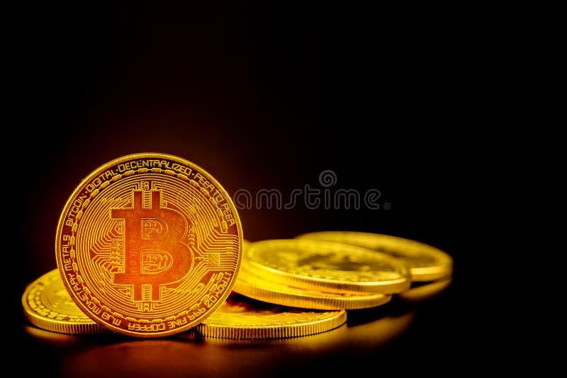 金黄bitcoin是与隐藏的货币数字式金钱,在黑背景与贸易的硬币隔绝的 库存照片