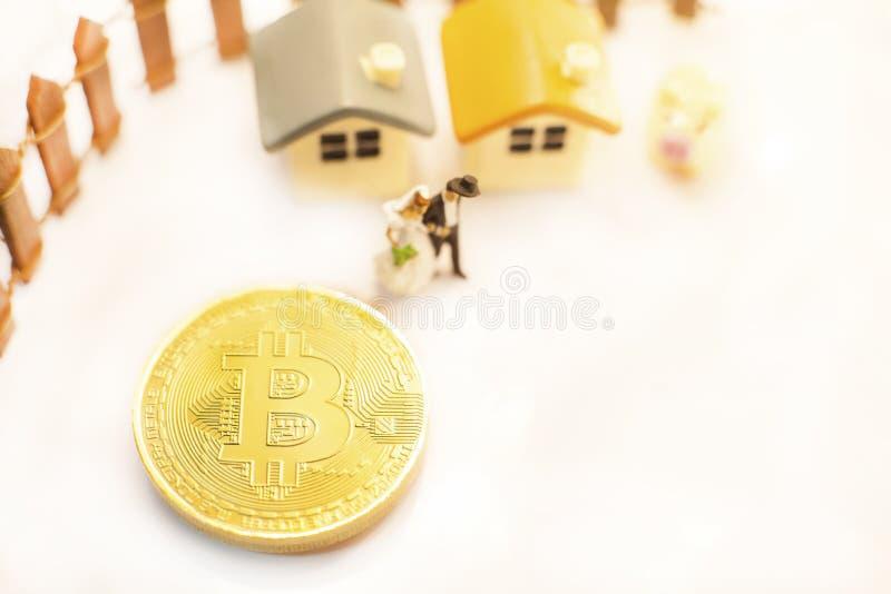 金黄Bitcoin cryptocurrency象征性的硬币给微型夫妇人民带来愉快的财政自由生活 投资成功带领t 免版税库存照片