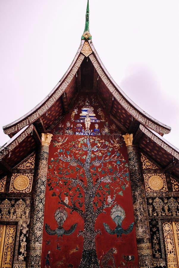 金黄Buddism墙壁上的艺术和马赛克墙壁在Wat Xieng皮带,琅勃拉邦-老挝 库存图片