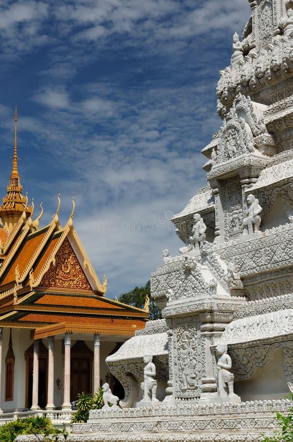 金黄penh phnom stupa 免版税库存照片