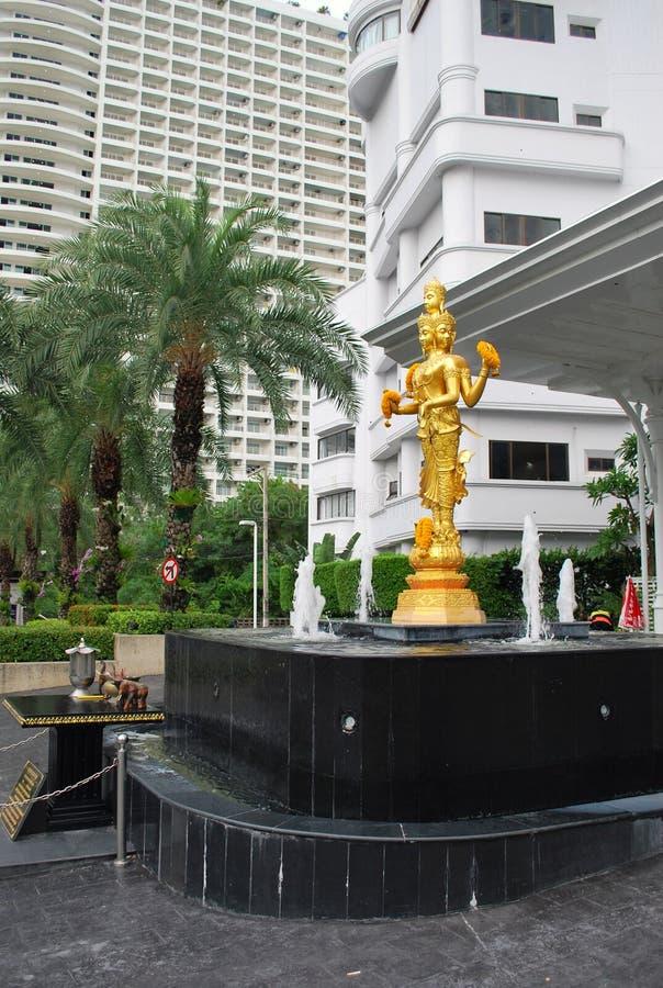 金黄三头佛教雕象在一个喷泉的中心在D Varee Jomtien海滩旅馆入口前的 库存图片