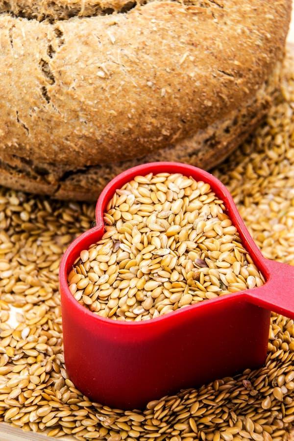 金黄亚麻籽用面包和心脏 库存图片