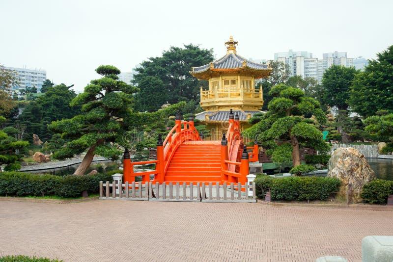 金黄亭子和红色桥梁在池氏林女修道院,香港附近的南连家庭院里 库存照片