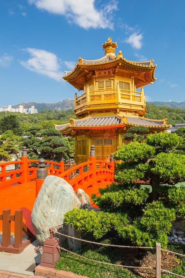 金黄亭子在钻石山的南连家庭院里在香港 免版税库存照片