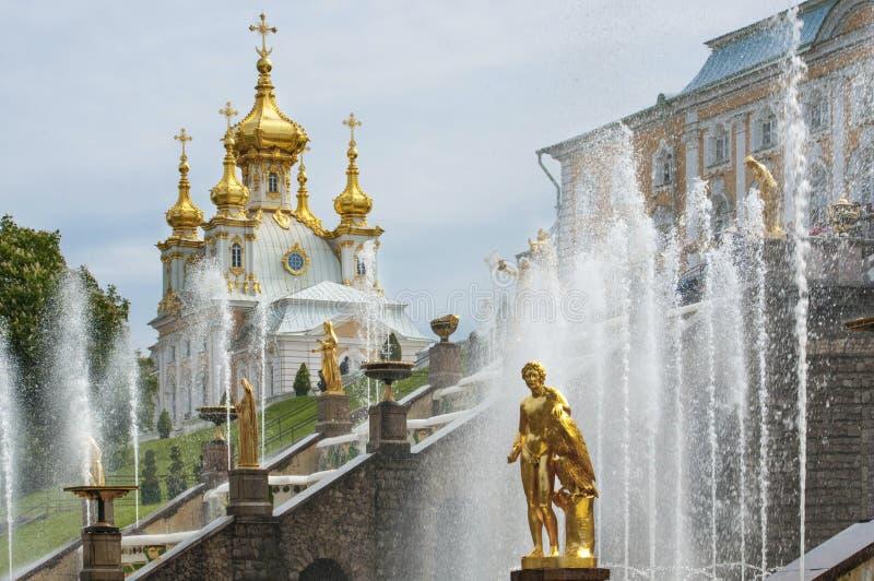 金黄喷泉在圣彼得堡附近的Peterhof 免版税库存图片