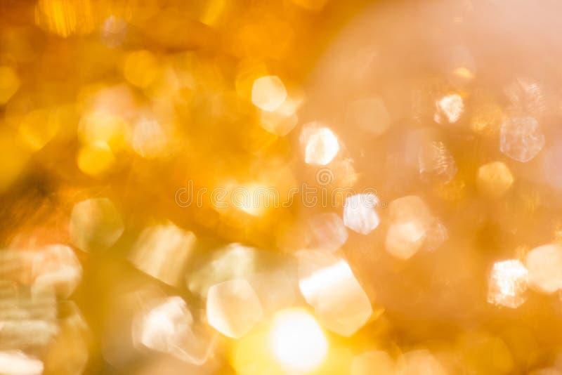 金黄圣诞节Bokeh背景 Defocused金子假日发光的抽象的闪烁 免版税库存照片