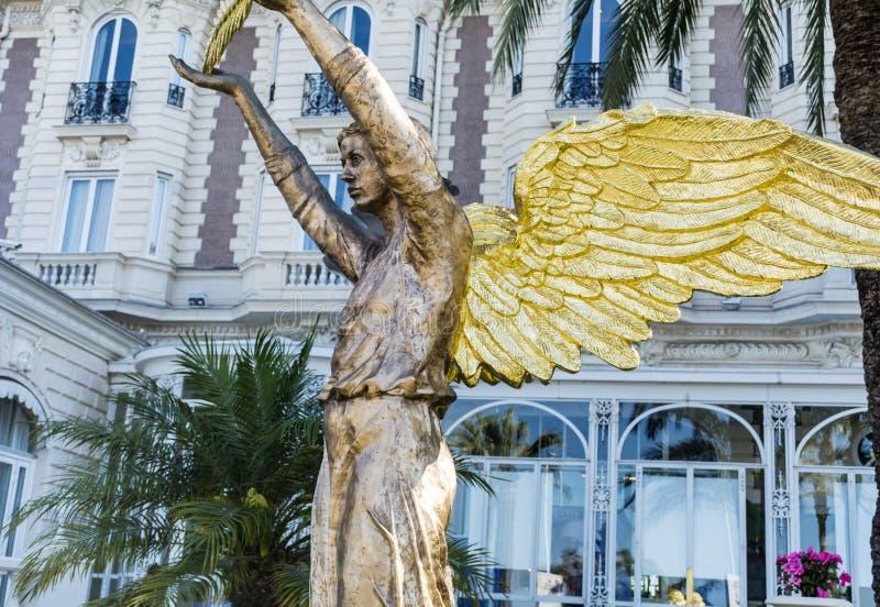 金黄天使雕象在戛纳,法国 免版税库存图片