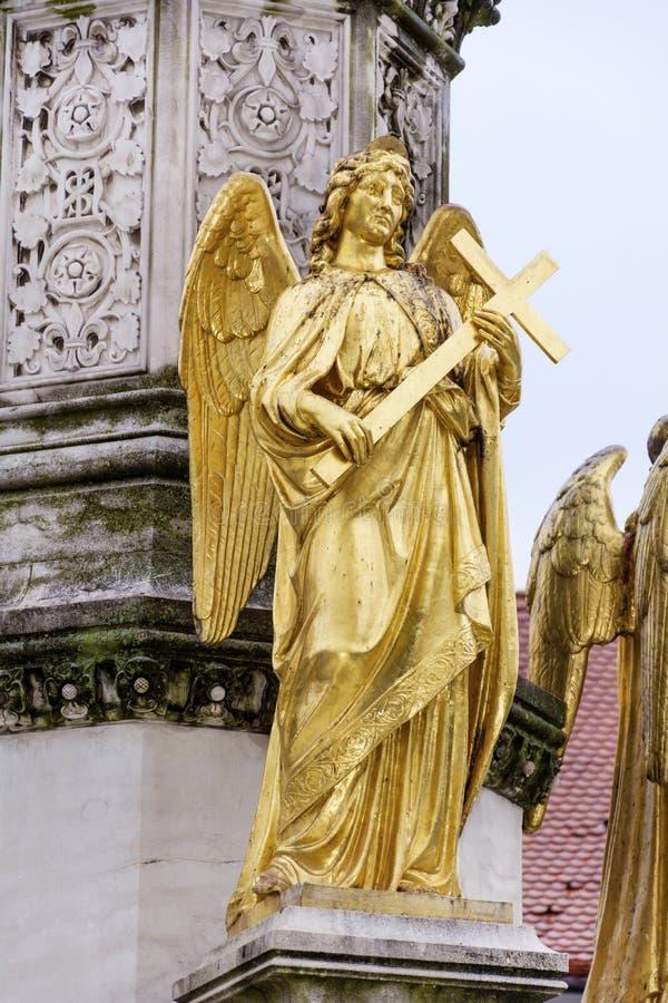 金黄天使雕象在萨格勒布,克罗地亚 免版税库存照片