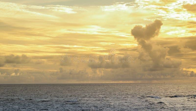 金黄天空和海蓝色Ondina萨尔瓦多巴伊亚巴西 图库摄影