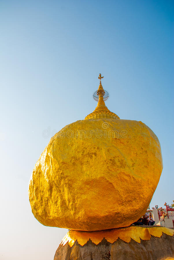 Download 金黄岩石或Kyaiktiyo塔有蓝天背景,缅甸 编辑类图片. 图片 包括有 宗教, 宗教信仰, 缅甸, 文化 - 72360530