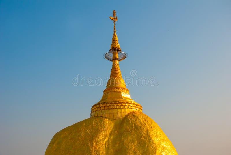 Download 金黄岩石或Kyaiktiyo塔有蓝天背景,缅甸 库存图片. 图片 包括有 文化, 照亮, 神圣, 聚会所 - 72362035