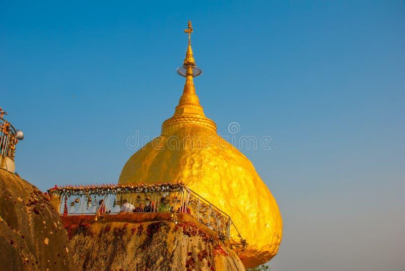 Download 金黄岩石或Kyaiktiyo塔有蓝天背景,缅甸 库存照片. 图片 包括有 天空, 佛教, 朝圣, 镇痛药 - 72362378