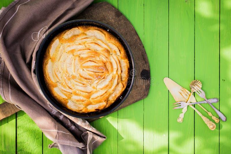 金黄新近地被烘烤的苹果馅饼 免版税库存图片