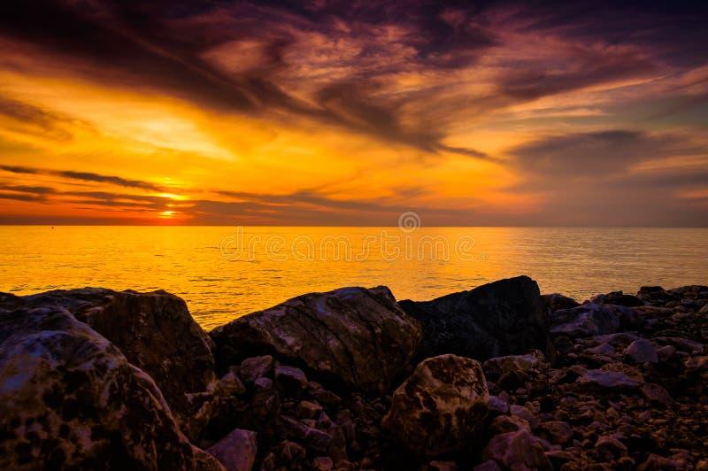 Download 金黄日落海景 库存图片. 图片 包括有 岩石, 在期间, 梦想, 详细资料, 安排, 环境, 金黄, 室外 - 72353357