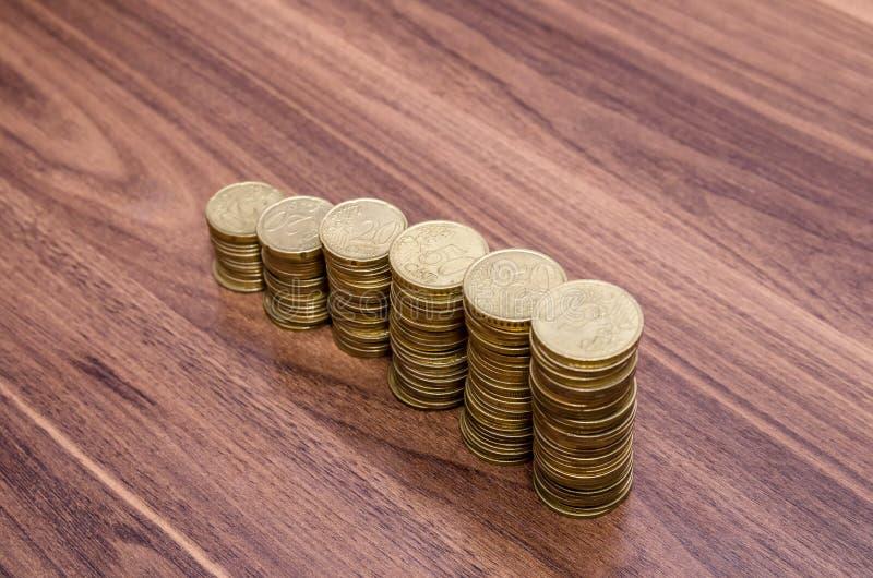 金黄欧洲硬币堆 免版税库存图片