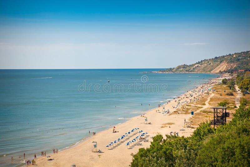 金黄沙子全景在保加利亚靠岸。 免版税库存图片