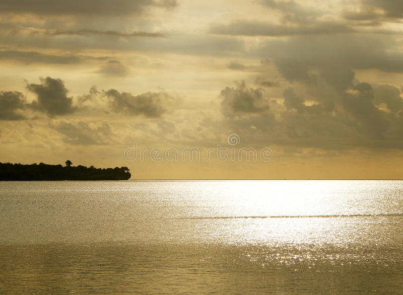 金黄海和土地剪影 库存图片