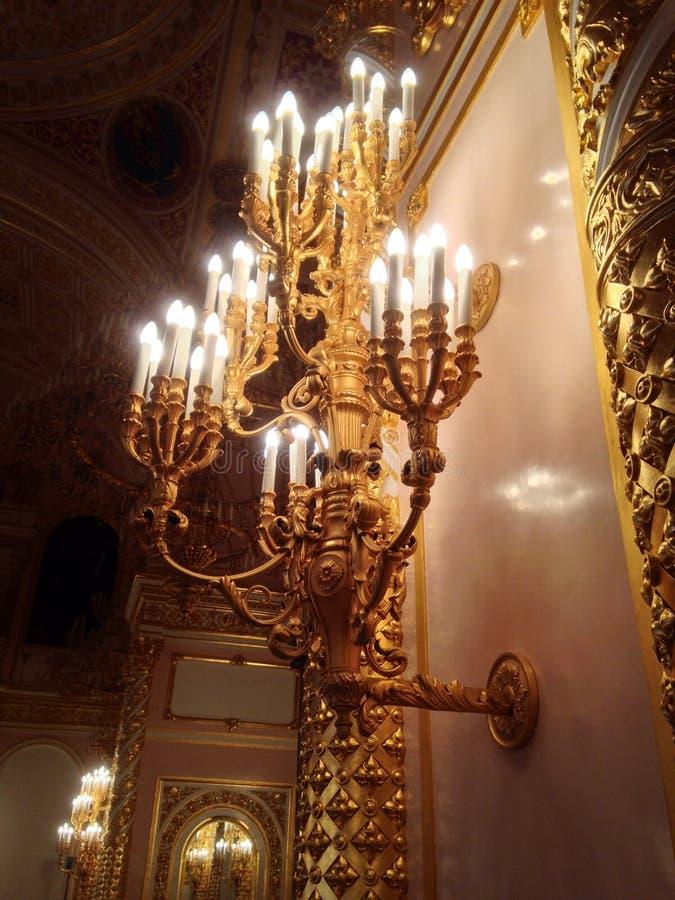 金黄的枝形吊灯 免版税库存照片