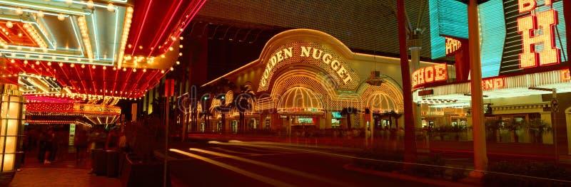 金黄矿块赌博娱乐场全景和霓虹灯广告拉斯维加斯, NV 免版税库存照片