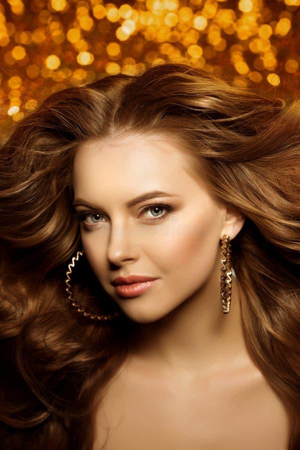 金黄美丽的时尚妇女,与发光的健康长的v的模型 免版税图库摄影