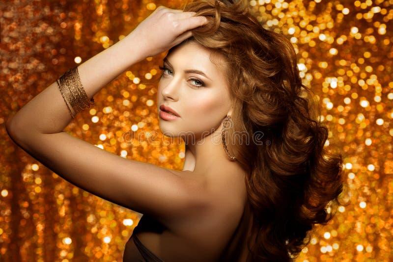 金黄美丽的时尚妇女,与发光的健康长的v的模型 免版税库存图片