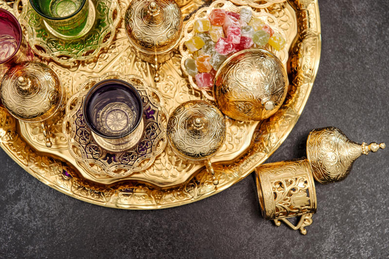 金黄茶几装饰阿拉伯传统欢欣 免版税库存图片