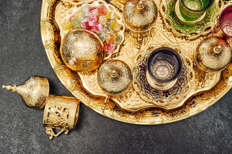 金黄茶几装饰阿拉伯欢欣葡萄酒 库存图片