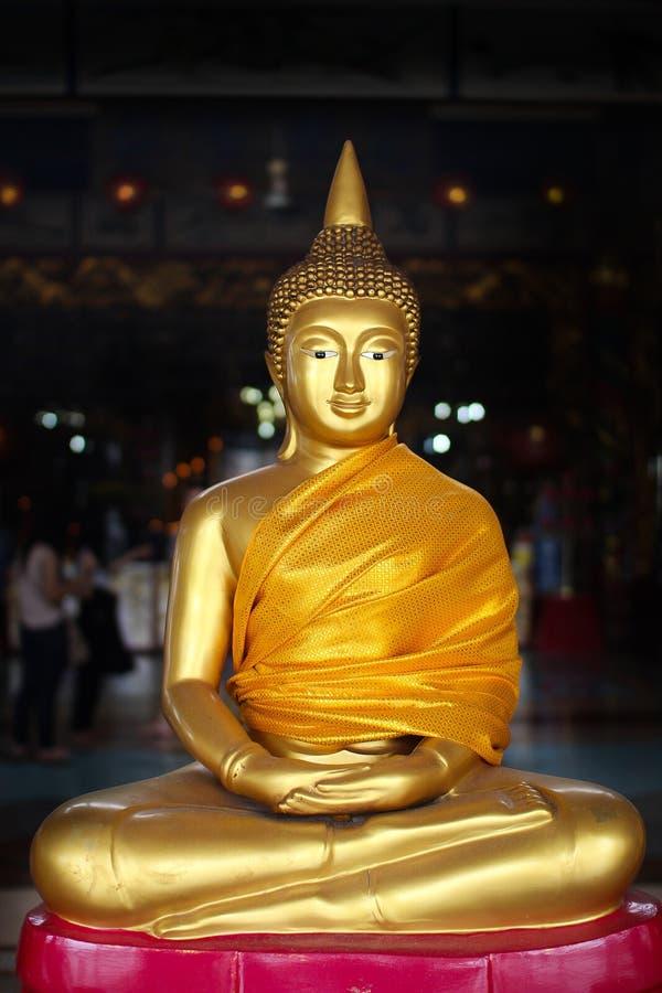 金黄菩萨雕象和平的标志 免版税库存照片