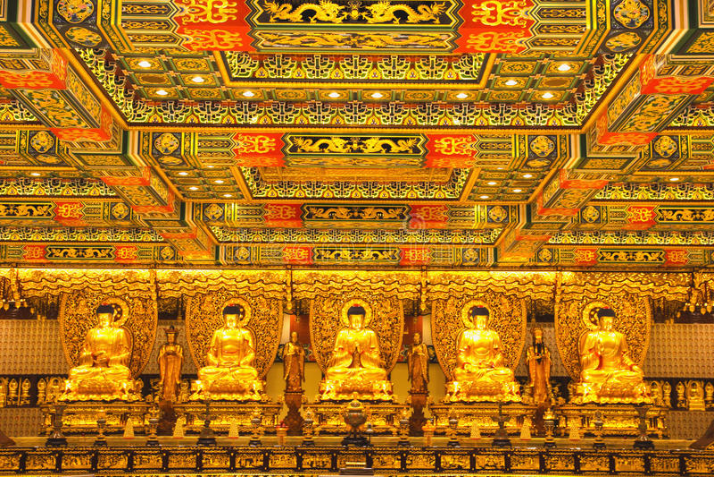 金黄菩萨雕象在宝莲寺 它是一间佛教徒修道院,位于昂坪高原,在大屿山,香港 图库摄影