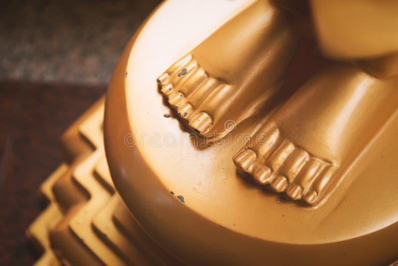 金黄菩萨雕象的脚 免版税库存图片