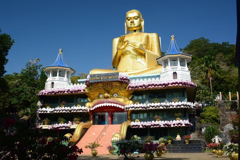 金黄菩萨雕象,下坡从洞寺庙 Dambulla 斯里南卡 免版税库存照片