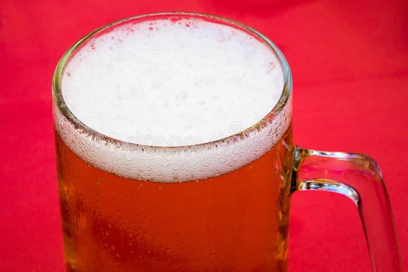 金黄贮藏啤酒或啤酒在传统大啤酒杯 图库摄影