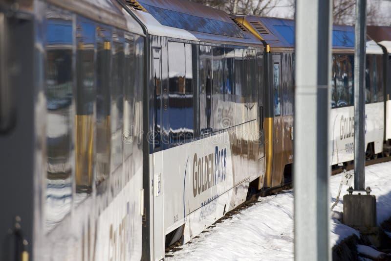 金黄通行证火车在瑞士阿尔卑斯连接蒙特勒到卢赛恩 免版税图库摄影
