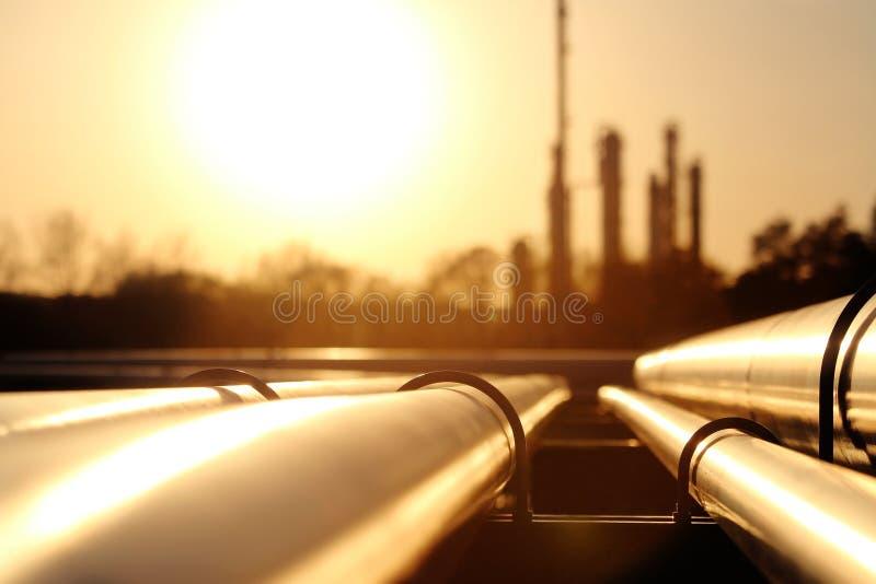 金黄钢管网络在原油精炼厂 免版税库存图片