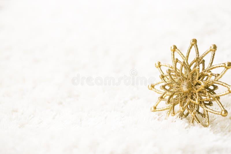 金黄雪花白色背景,抽象金雪剥落 库存照片