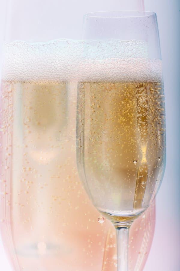 金黄香槟嘶嘶响 库存照片