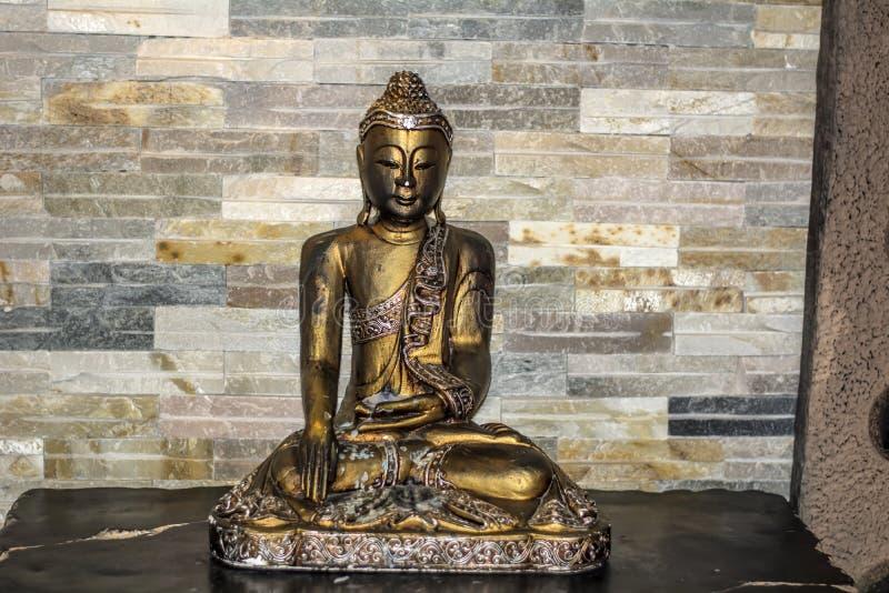 金黄Budha雕象 库存图片