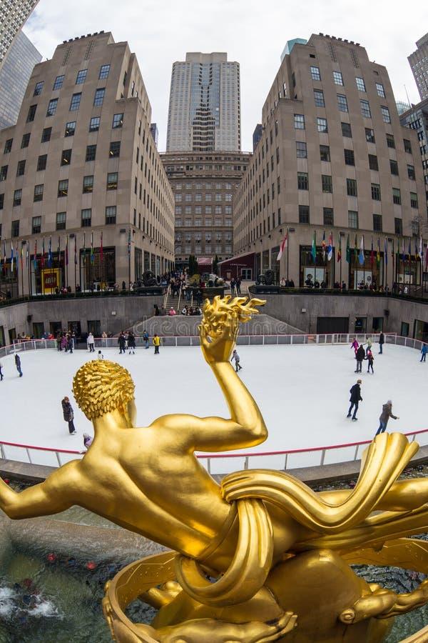 金黄Prometheus雕象和洛克菲勒中心滑冰溜冰场,曼哈顿,纽约,美国 图库摄影