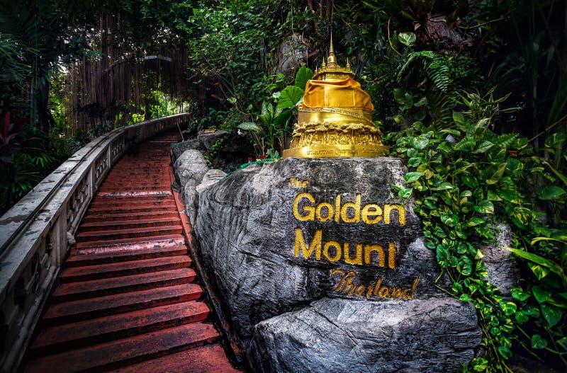金黄Stupa在密林 免版税库存图片