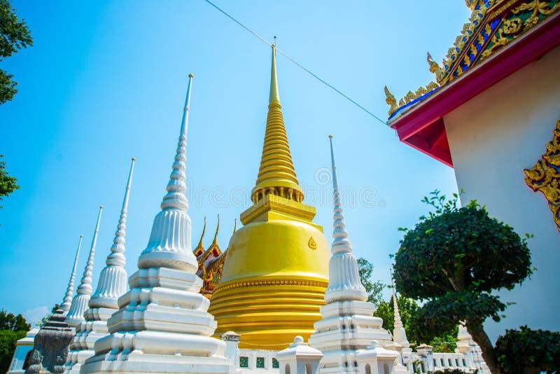 金黄stupa 佛陀寺庙 美丽的宗教大厦是白色的与镀金料 阿尤特拉利夫雷斯 泰国 库存图片