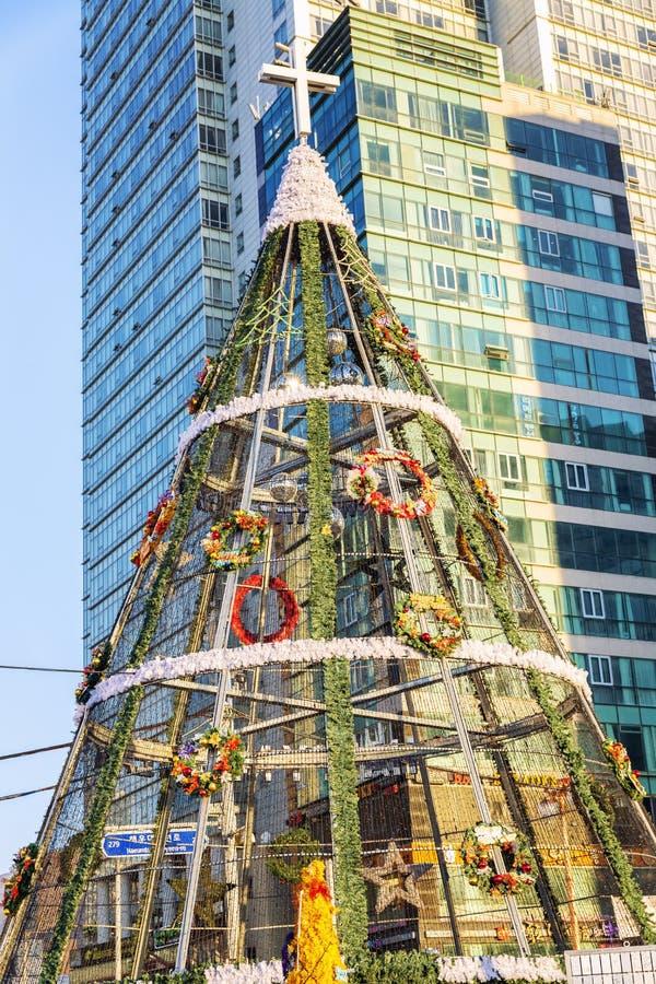 釜山,韩国,01/01/2018:在城市的主要海滩的新年树 免版税库存图片