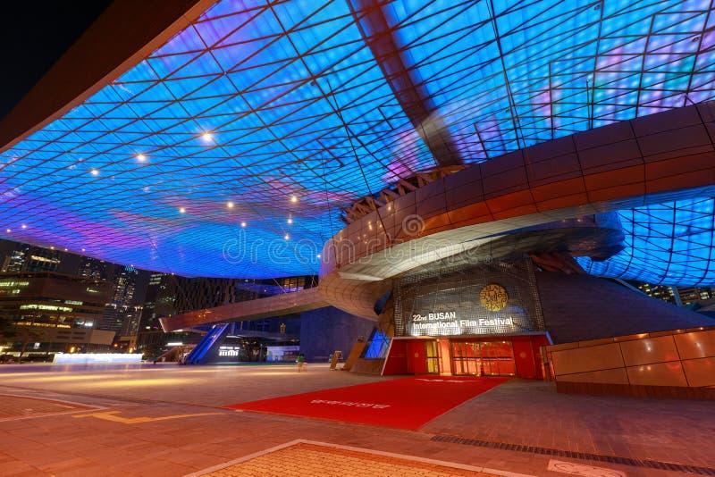 釜山,韩国- 2018年8月20日:充分顶房顶LED釜山戏院中心的光从下面被观看的和外部(也叫 免版税库存图片