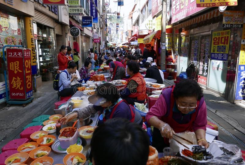 釜山,韩国5月2日2017年:室外快餐市场 免版税库存照片