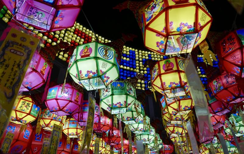 釜山,韩国5月4日2017年:用灯笼装饰的Samgwangsa寺庙 免版税库存图片