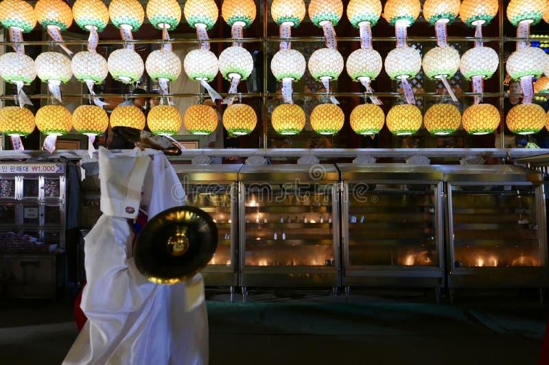 釜山,韩国5月4日2017年:Samgwangsa寺庙的宗教执行者 免版税库存照片