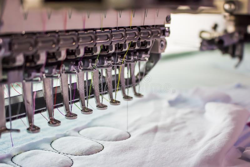针在纺织工业的刺绣机器衣物制造的, 库存照片