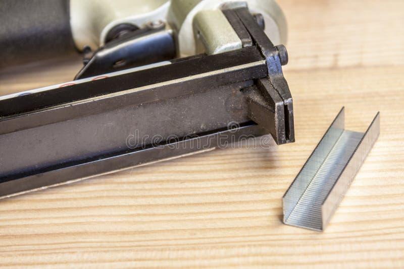 钉书针枪 免版税库存照片