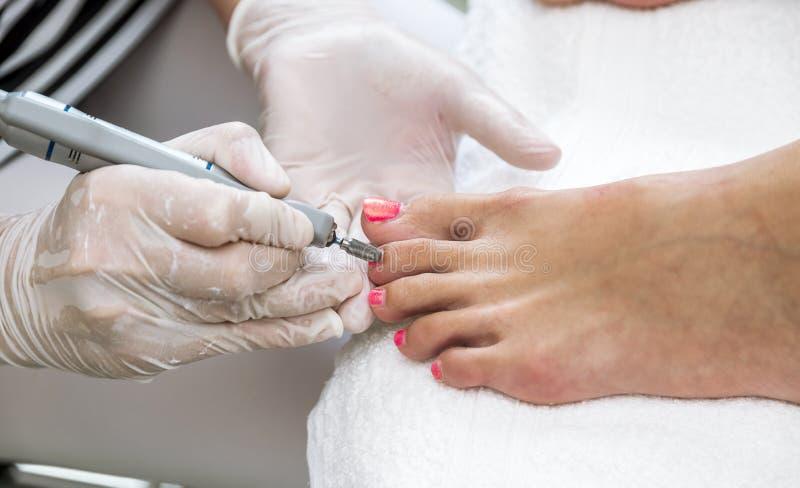 钉子和脚接近的看法与指甲锉 库存照片