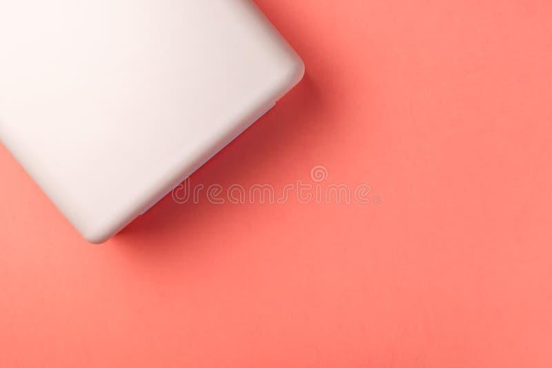 钉子的紫外灯光在珊瑚背景 免版税库存照片